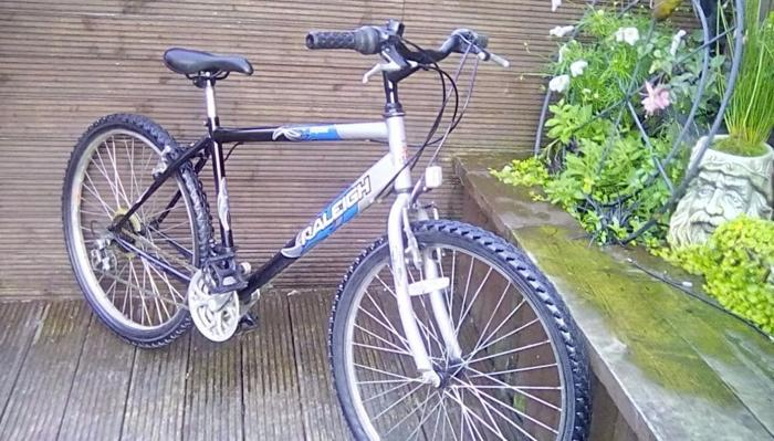 ADULT RALEIGH MOUNTAIN BIKE WITH 18 INCH FRAME AND 18