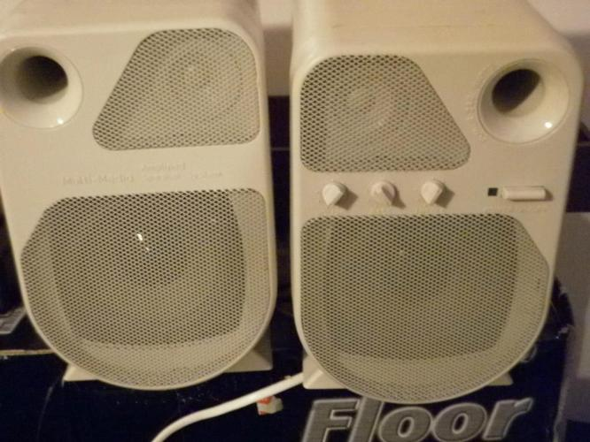 AMPLIFIED MULTIMEDIA SPEAKERS IN WHITE WITH ON/OFF