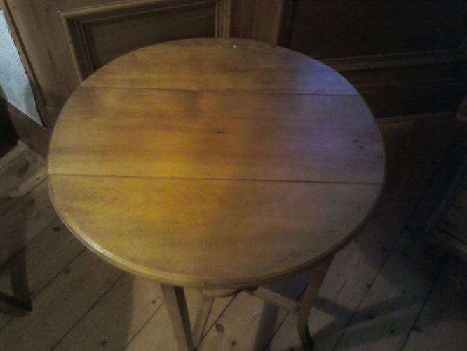 Beautiful vintage side table, lovely pine wood, unusual