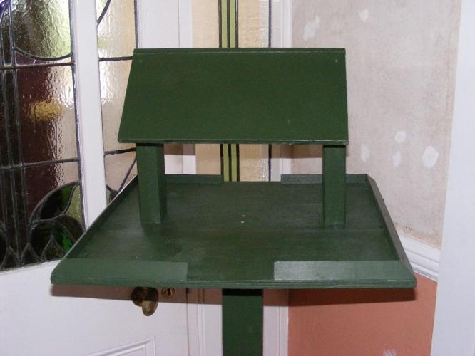 bird table in green