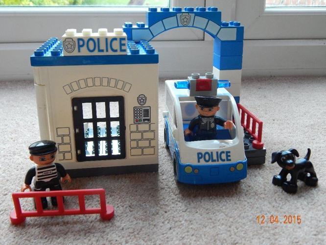 Duplo police van and station
