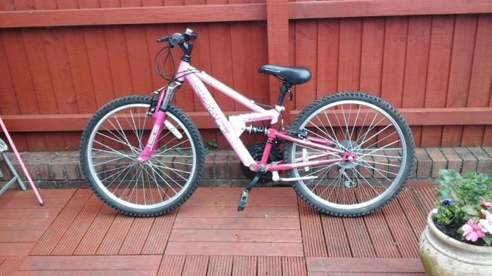 Girls Pink Apologies bike 24 inch wheels