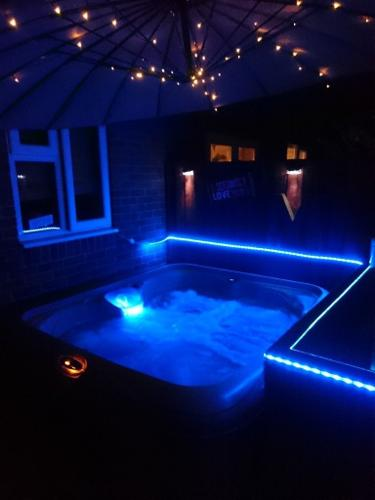 Hot tub,Dreamaker EZ Spa Seats 5 with LED's and