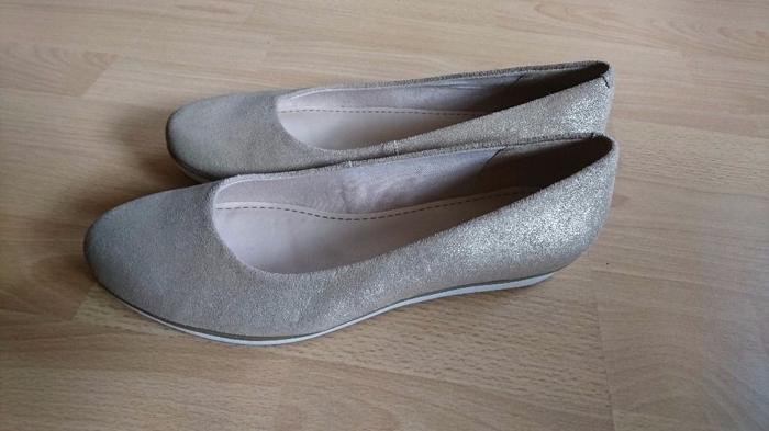 Ladies Clarks gold shoes- size 8 vgc