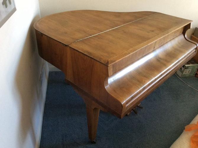 Seeger Baby Grand Piano in WALNUT finish