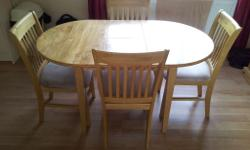 Extendable kitchen Table and 4 chairs. Cream seat