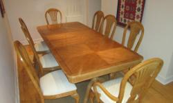 Elegant extendable dining table, with 8 matching