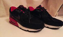 Size 5.5 Nike air max trainers With pink detail
