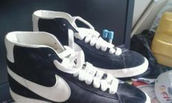 Nike trainers in black with white tick sz 5 good