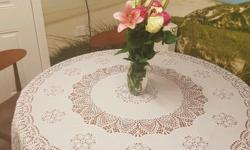Round extandable table. Solid wood. In excellent